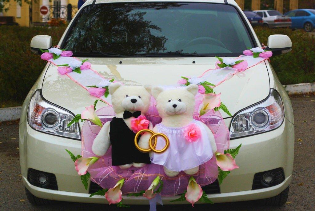 Мишки на капоте свадебной машины